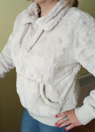 Белая куртка-жакет под мех