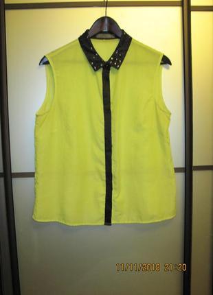 Ярко-зеленая рубашка без рукавов с камнями на воротнике