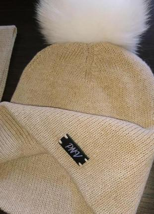 Мягкая шапка с бубоном из натуральной шерсти