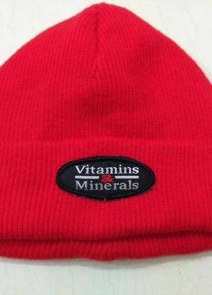 Красная укороченная шапка vitamins&minerals