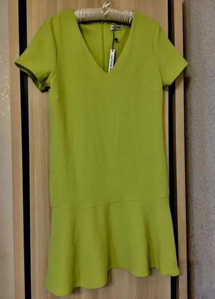 Платье фисташковое футляр нарядное с воланом рюшей