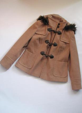 Бежевое пальто oasis на пуговицах с накладными карманами и мехом на капюшоне