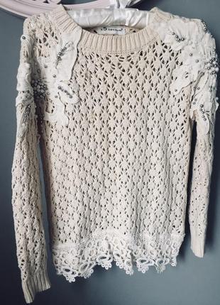 Нарядный свитер с вышивкой