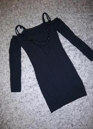 Вечернее платье со спущенными плечами