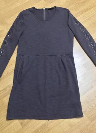 Серое трикотажное платье с вышивкой бисером и стеклярусом