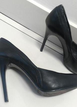 Классические туфли на высоком каблуке
