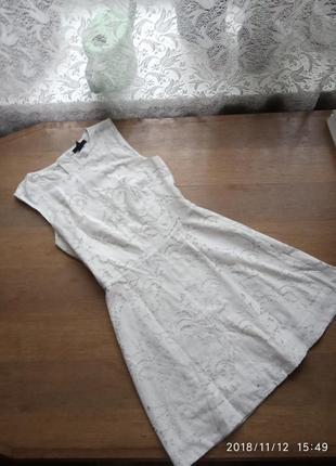 Ніжна біла сукня з мереживом