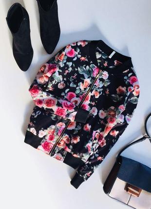 Стильная куртка бомбер в цветы на молнии