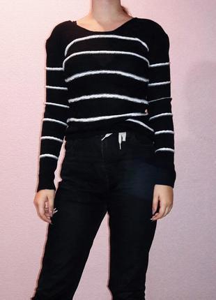 Черный свитер в полоску