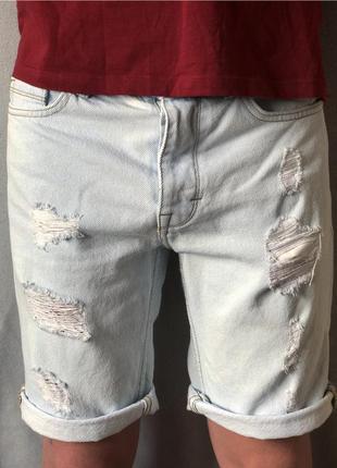 Голубые джинсовые шорты с рваностями