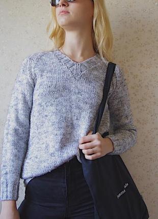 Вязаный свитер с вырезом