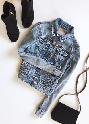 Стильная затертая джинсовая куртка с длинным рукавом