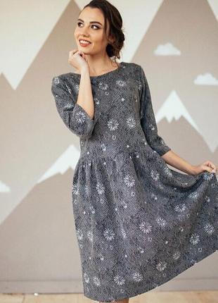 Платье миди в цветочный принт тёплое серого цвета
