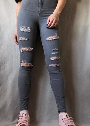 Классные серые скини джинсы на высокой посадке