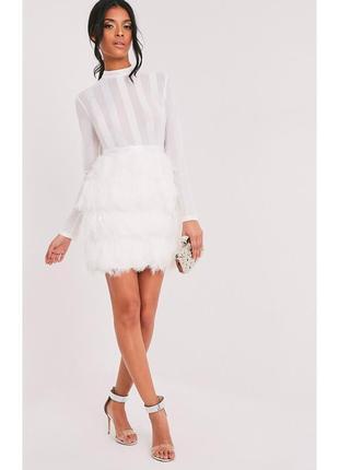 Премиальное платье с перьями prettylittlething