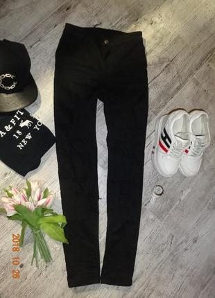 Черные джинсы с рваностями-талия завышена-s