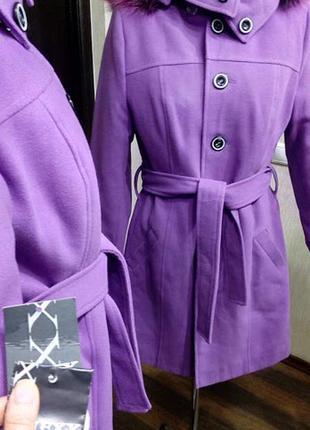 Яркое пальто утепленное с капюшоном