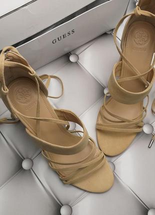 Guess ориинал бежевые замшевые босоножки на широком каблуке и завязках бренд из сша5