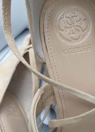 Guess ориинал бежевые замшевые босоножки на широком каблуке и завязках бренд из сша4