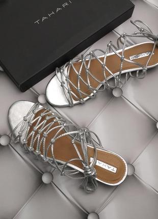 Tahari оригинал серебристые кожаные сандалии гладиаторы бренд из сша