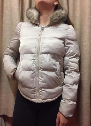 Куртка молочного цвета zara с искусственным мехом