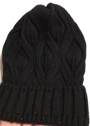 Женская красивая черная шапка с отворотом и стразами