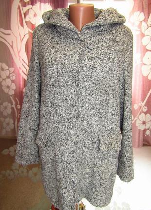 Теплое пальто с капюшоном на меховой подкладке