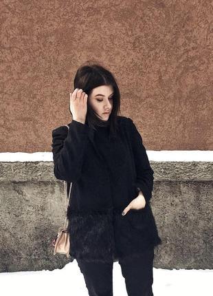 Чёрное пальто с мехом по низу