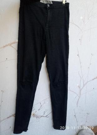 Черные джинсы скинни с дырками на коленах