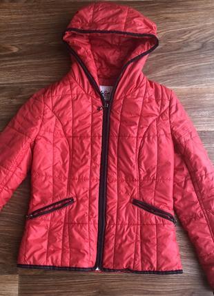 Классная куртка насыщенного цвета