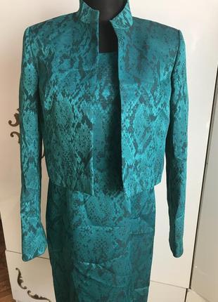 Шикарный зеленый костюм двойка платье + пиджак змеиный принт  питон