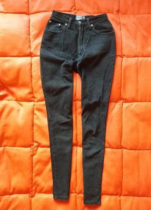 Актуальные черные зауженные mom jeans от falmer