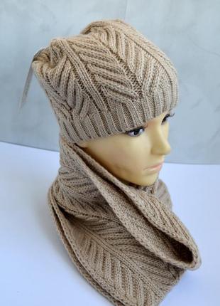 Зимний комплект вязаная шапка и шарф бежевого цвета
