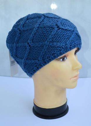 Зимняя женская шапка вязаная на флисе синего цвета