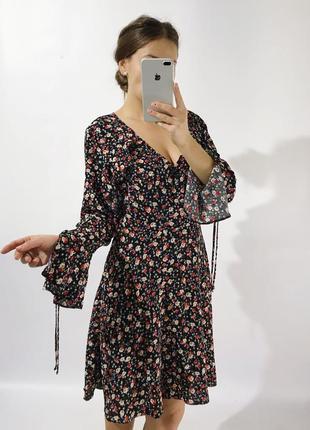 Платье в цветочный принт с рюшей на подкладке