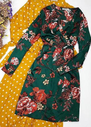 Красивое изумрудное сатиновое платье в цветы