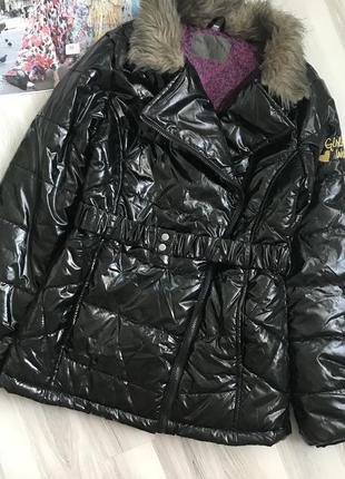 Лаковая куртка косуха с искусственным мехом