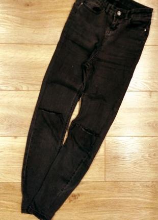 Чёрные летние джинсы с дырками на коленях высокая посадка