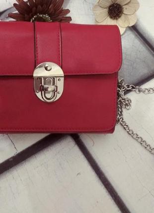 Стильная сумочка на цепочке