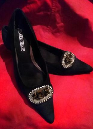 Туфли черные на каблуке с брошью