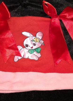 Красная шапка с бантиками