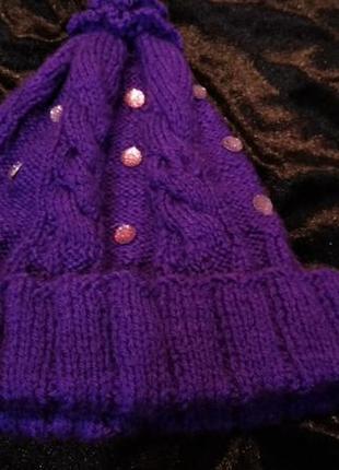Фиолетовая шапка со стразами