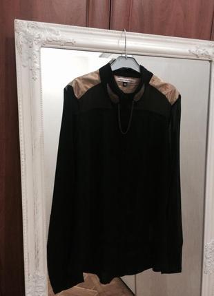 Черная блузка с винтажной брошью на воротнике
