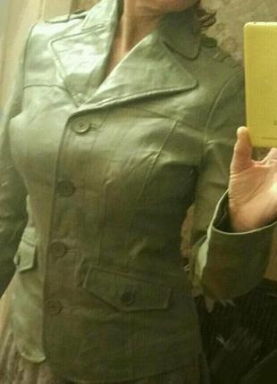 Кожаная приталенная куртка салатового цвета