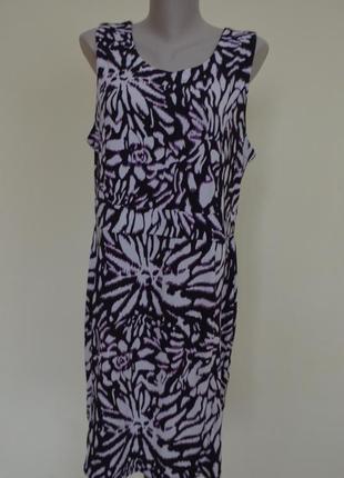 Практичное красивое платье модной расцветки