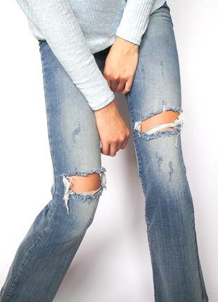 Моднявые джинсы клёш с рваными коленями noisy may! высокая посадка!размер м!
