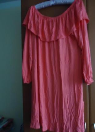 Стильное яркое платье с воланом