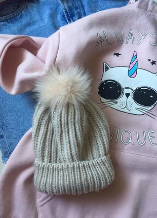 Тепленькая пудровая шапочка с помпоном