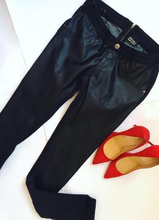 Стильные джинсы перед из кожзама, сзади молния