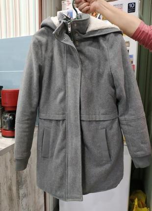 Демисезонное пальто с симпатичными деталями